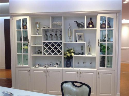 这是一款功能十分强大的酒柜设计,酒柜两边是透明的玻璃门设计,中间图片
