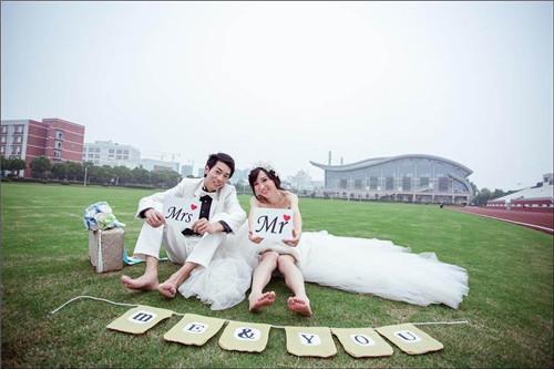 资讯 婚庆百科 婚纱摄影 正文  俏皮可爱的情侣装效果,是最能拍出热恋