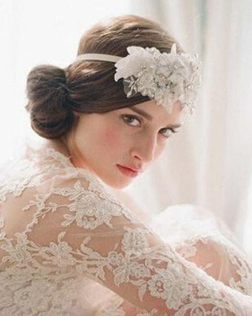 这是一款新娘的经典发型,将头发全部盘于头顶,并用皇冠和头纱作为