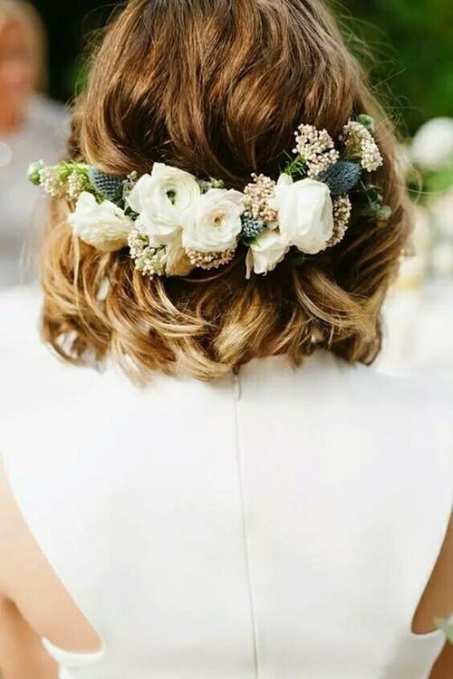 这款发型是2017年比较流行的lob发型,将微卷的头发用鲜花固定在脑后图片