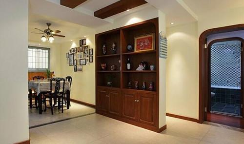 在特点募化的吊顶设计下使客厅修饰酒柜出产即兴出产壹种另类的魅力,此雕刻种修饰图片