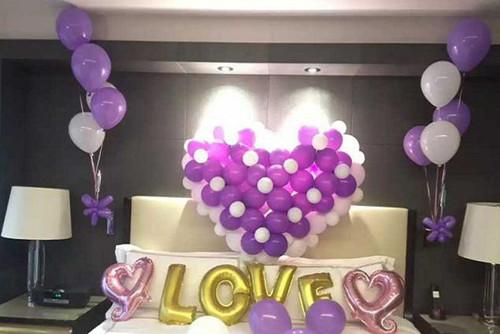 以五颜六色的气球组成灯笼的形状,也可以在阳台的窗户上,用粉色气球