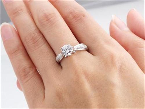 钻石一克拉多少钱 一克拉的钻石有多大图片