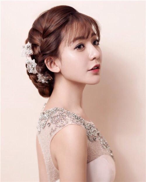 而且韩式新娘的发型种类比较多,比如说优雅的盘发,甜美的马尾,微微烫