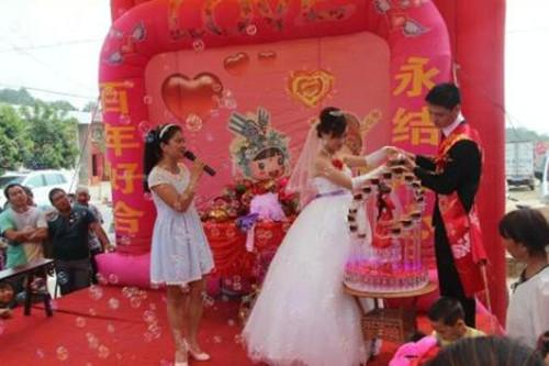 所以 农村婚庆公司在婚礼舞台的设计上也要加倍用心.图片