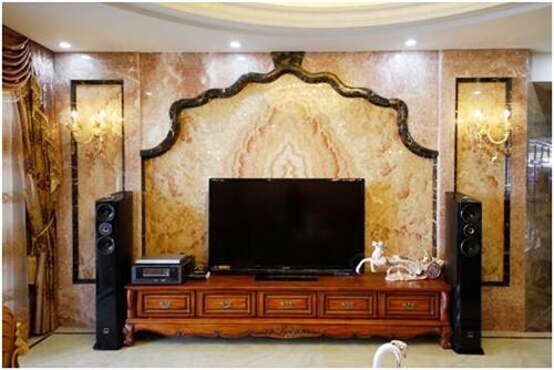 这款客厅电视背景墙采用淡黄色的大理石结合黑色边框构成,整个墙面给图片