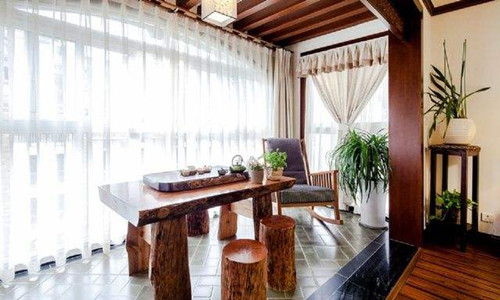 吊顶采用木质材料,阳台从头顶直射过去,去除了室内的潮气,没有了发霉