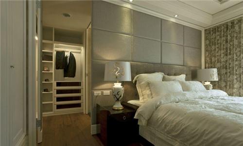 设计师把衣帽间设计在床头背景墙的后面,打开背景墙旁边的门就是