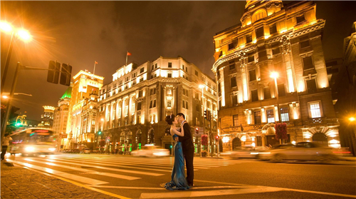 外灘婚紗攝影攻略1,夸張景物 和以往拍攝婚紗照不同的是,夜景婚紗照圖片