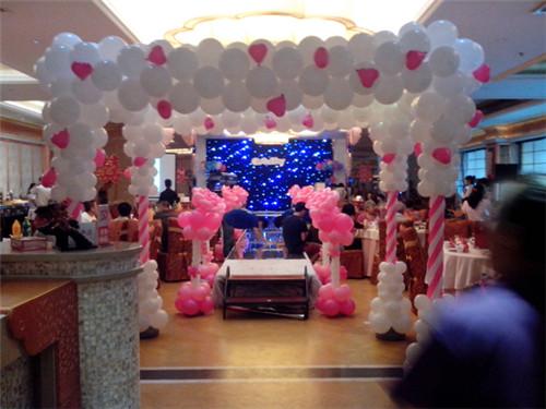 婚礼现场气球布置 怎样用气球布置婚礼现场