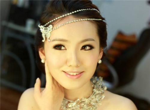 唇彩是新娘婚礼上必备的,粉嫩一点的颜色,还能让婚纱透出一丝可爱气息