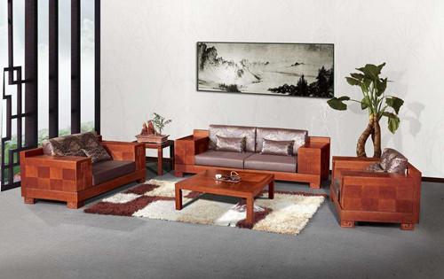 用专用的膏状为木质沙发上蜡,但是在上蜡之前要用温和的非碱性番笕水