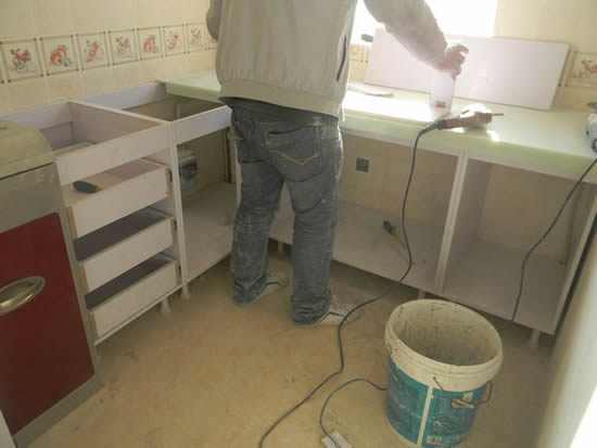 """北京装修美宅客"""" /> 2、铺好水电线路:水电改造是基础工程,在安装橱柜之前,一定要铺设好厨房的水电线路。如果橱柜安装之前没有铺设水电线路,需要重新挖地道、铺设管线等,在这个过程中一定会影响到橱柜的设计。 3、铺好瓷砖:在厨房贴完瓷砖之后再安装橱柜,地面和墙面施工完毕,橱柜的地面和背面将不会发生改动。 [[img ALT="""""""" src=""""http://simg."""