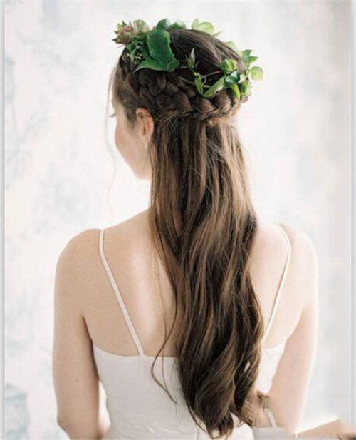 3、摩登马尾 把头发扎成马尾,用皮筋固定,然后将马尾分成四股,并分别拉直;最后把扎紧的头发制造出蓬松自然的感觉,打造出英伦风格的摩登造型。 4、高贵典雅花饰盘发 从前面一直往后编织发辫,编好之后可以利用一些花朵点缀,给人一种典雅气质范,体现出最迷人的一面。