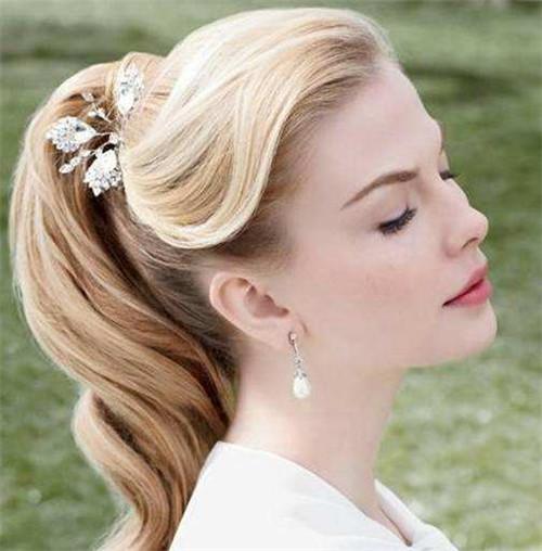最后再拿鲜花装饰一下,气质由内而外散发,这样一款简易新娘长发就打图片