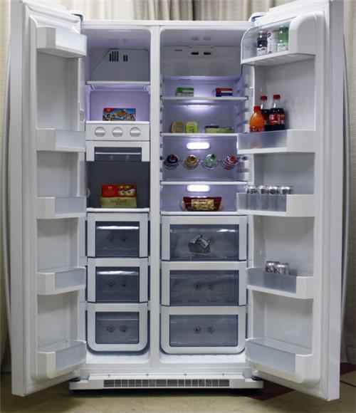 海尔新款对开门冰箱的门是由两扇竖直门构成的,拥有的内部空间比较大