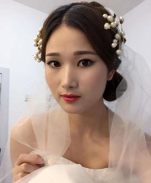 在给新娘化妆时,迷人的双眼是最难打造的.
