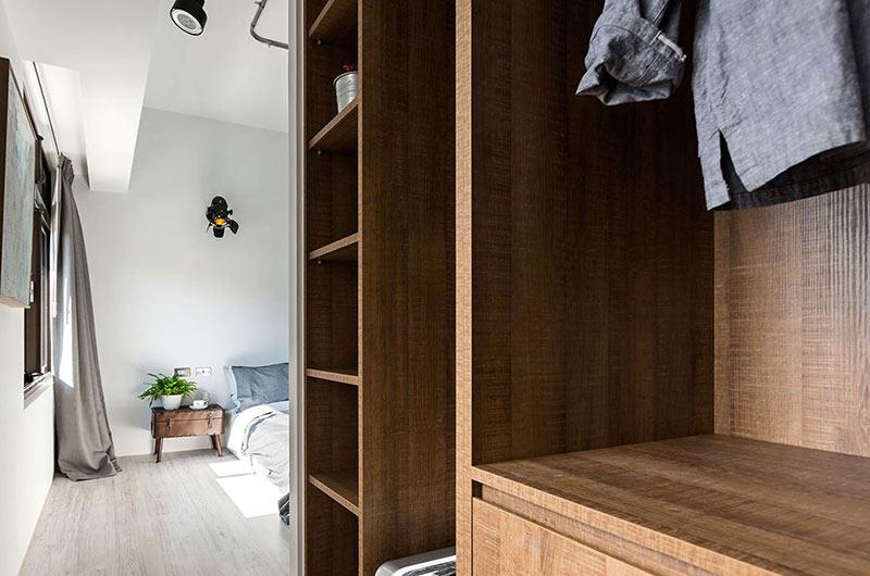小户型loft装修木质衣柜图