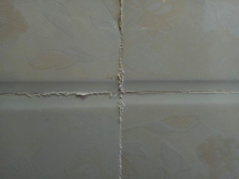 墙面贴完砖后,缝隙出现白色粉墨是什么情况?