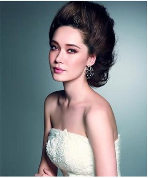 让整个发型更加的立体,在搭配上简单的耳环,以及露肩新娘礼服,则可以