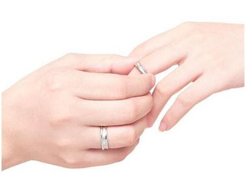左手戴戒指和右手戴戒指的意义 每个手指戴戒指的含义图片