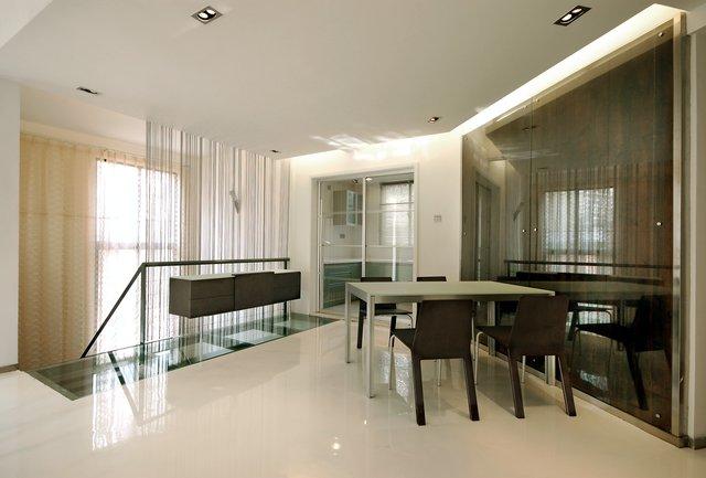 这个现代简约风格设计的小户型跃层,不论是楼梯设计还是餐桌椅都极