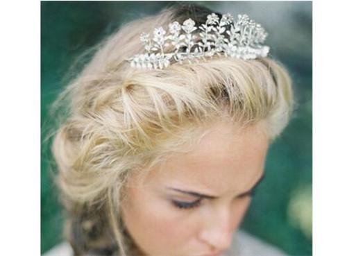 3,精致花冠 头饰的设计若是国度夸张,往往可能会把新娘本身的发型或图片