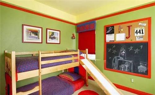 图三是一个两个宝宝的卧房,上下铺床的设计既保证了私密性,又非常的节约空间,滑梯的设计为卧房增添了更多的童趣。主人在墙面上刷上了嫩绿色的墙漆,再搭配上红色的边条,给人一种很强的视觉冲击感。学龄前儿童喜欢在墙面随意涂鸦,所以主人在床左侧的墙上专门预留了一块涂鸦墙,让孩子有一处可随性涂鸦、自由张贴的天地。这样不会破坏整体空间又能激发孩子的创造力。 儿童房硅藻泥装修效果图四