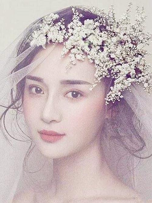 婚庆百科 新娘造型 正文  1,简单的挽发造型,披上头纱以后,让新娘看图片