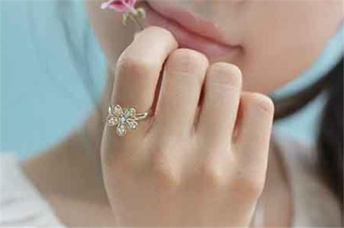 戒指右手中指的意思 五个手指戴戒指分别代表什么含义图片