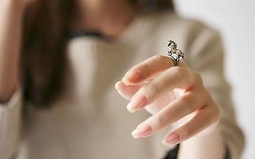 戒指带在食指上的意义 戒指戴错很尴尬图片