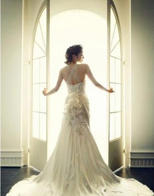 这张图片完美诠释了新娘那完美的身材轮廓,然后再透过新娘开门的瞬间,伴随着强烈的光线涌入,更衬托出那唯美动人的背影,而且这张新娘开门的背影婚纱照更寓意着新娘即将开启自己的幸福大门,涌向美好的明天。 婚纱照图片唯美背影大全二