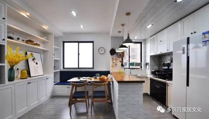 开放式的厨房,让这个小户型空间变得更通透一些,嵌入式的双开门冰箱和图片