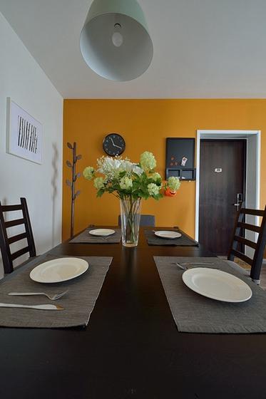 20万半包三居室装修实木餐桌图片