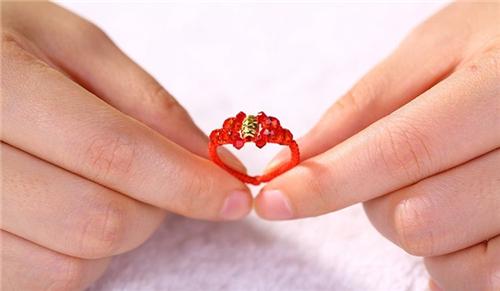 红绳戒指编织步骤解析 红绳戒指戴不同手指的意义图片