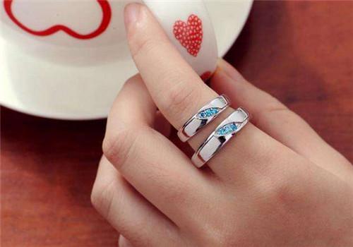 由此,我们得出情侣们佩戴戒指可以在中指上,同时佩戴情侣戒指可以遵循图片