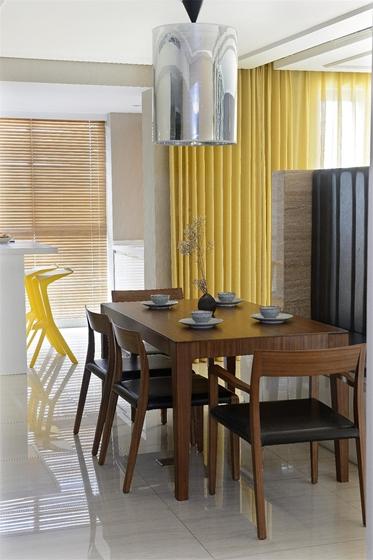 现代风格三居室装修实木餐桌