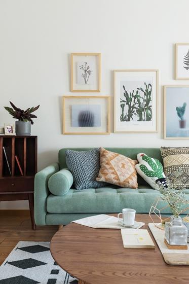 现代原木风三居室装修沙发背景墙图片