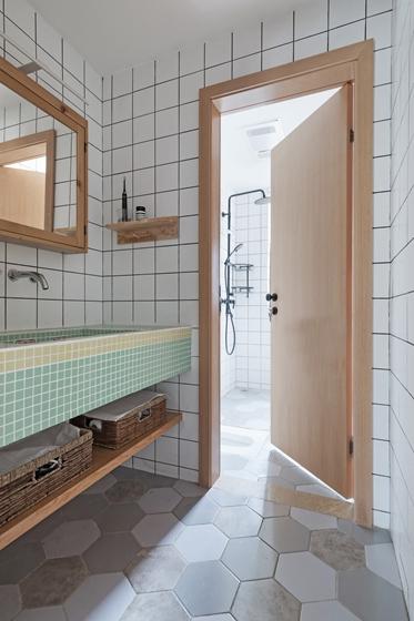 现代原木风三居室装修卫生间实景图