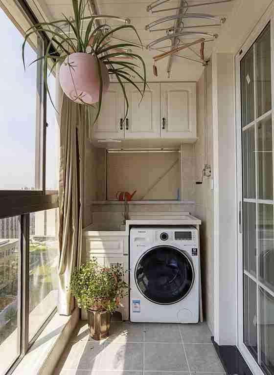 120平三居室装修阳台效果图