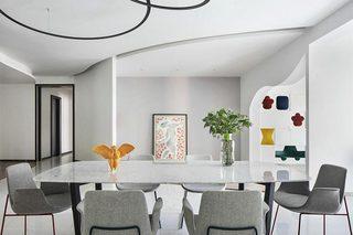 现代简约风格装修餐桌摆放图