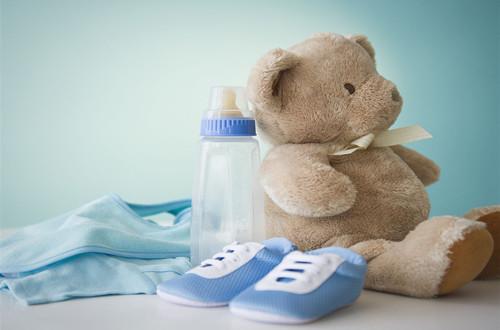 四,寝具和其他用品 宝宝的寝具用品有:婴儿床,床垫,护围,被子,垫被