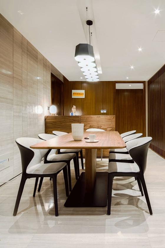 简约风样板房装修实木餐桌图片