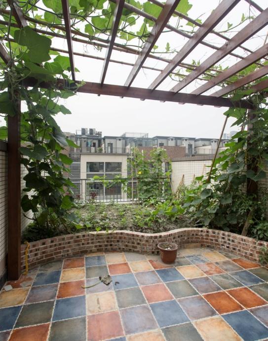 300平别墅,一楼带花园,顶楼有菜园,装修近百万图片