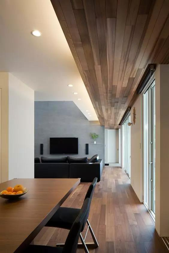 资讯 装修头条 自媒体 正文  除了铺满整面墙,木地板也能 cos墙裙,铺