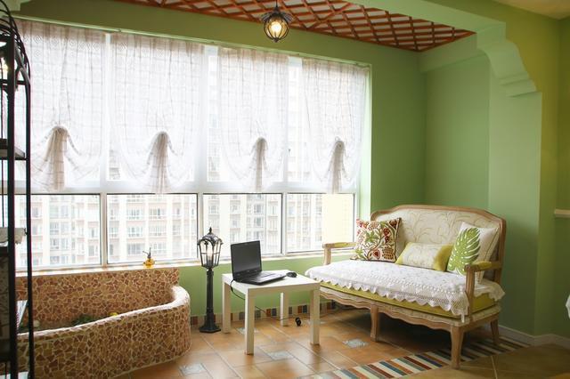昆明王小姐装修的新房,在阳台砌了个小鱼塘,引来整栋楼邻居围观