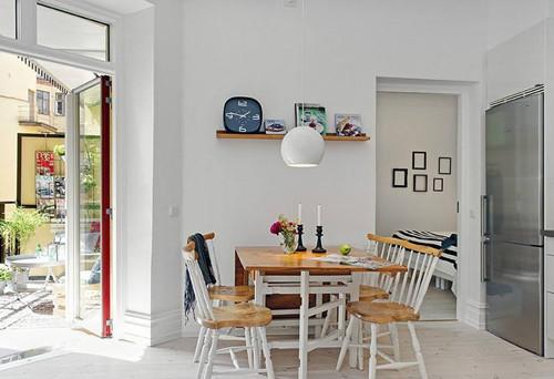 小户型简单装修图,在过道地方,从外面透过大面积玻璃窗,观看到室内
