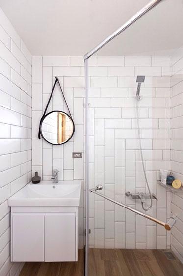 白色砖砌浴室实景图