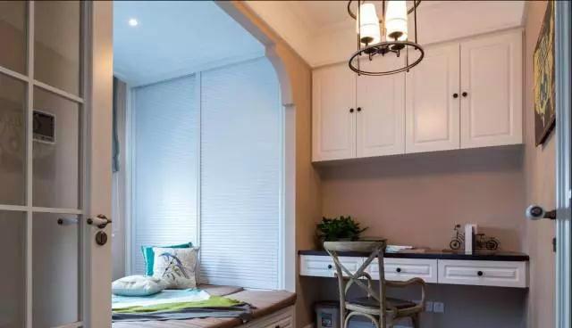 借用阳台也是就可以轻易的改造出一间带有小书房的卧室,造型简单功能图片