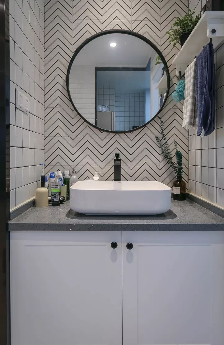洗手盆右侧装了个搁板,挂毛巾与摆放卫浴用品,还摆了一盆绿植,搭配小图片